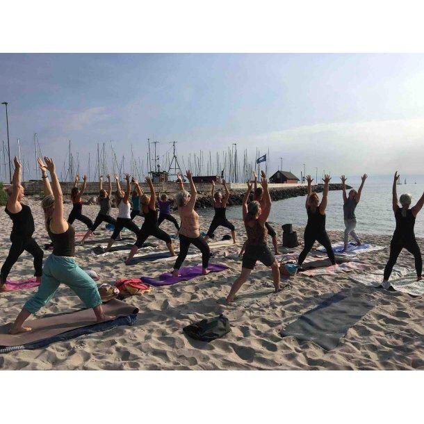 Strand yoga i Ballen kl. 8 - 9